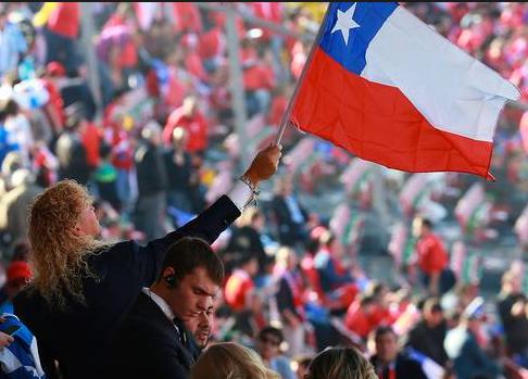 Leonardo Farkas con una bandera de Chile