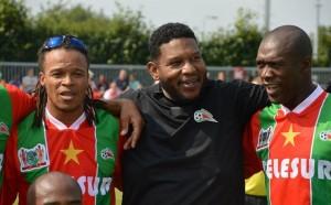 Edgar Davids y Clarence Seedorf con al camiseta de Suriname.