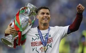 Cristiano Ronaldo posa con la Eurocopa