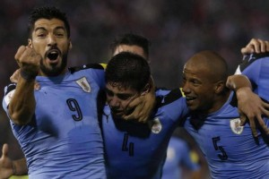 Uruguayan Federico Valverde (C) jubilates a goal with Luis Suarez (L) and Carlos Sanchez during the Russia 2018 World Cup qualifier match between Paraguay and Uruguay, at Defensores Del Chaco Stadium, in Asuncion, Paraguay, 05 September 2017. Paraguay - Uruguay !ACHTUNG: NUR REDAKTIONELLE NUTZUNG! PUBLICATIONxINxGERxSUIxAUTxONLY Copyright: xAndresxCristaldox ASU09 20170906-636402671306564906  Uruguayan Federico Valverde C jubilate A Goal with Luis Suarez l and Carlos Sanchez during The Russia 2018 World Cup Qualifier Match between Paraguay and Uruguay AT Defensores DEL Chaco Stage in Asuncion Paraguay 05 September 2017 Paraguay Uruguay ATTENTION only editorial Use PUBLICATIONxINxGERxSUIxAUTxONLY Copyright