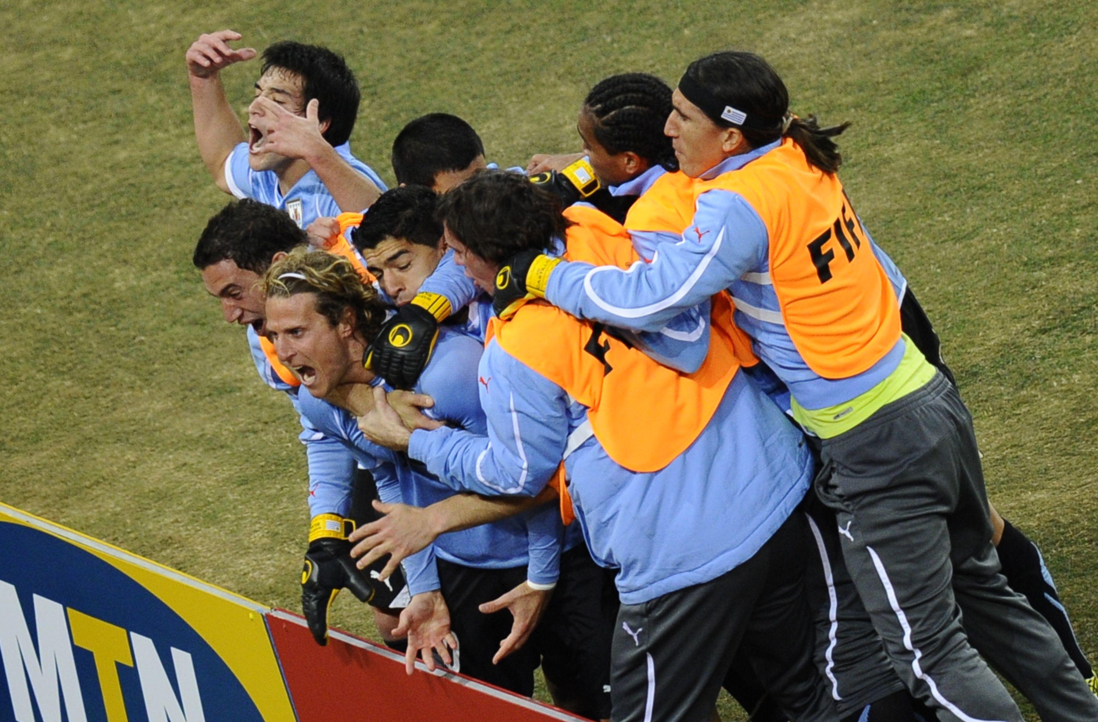 Diego Forlán y el plantel uruguayo celebran el gol del empate ante Ghana