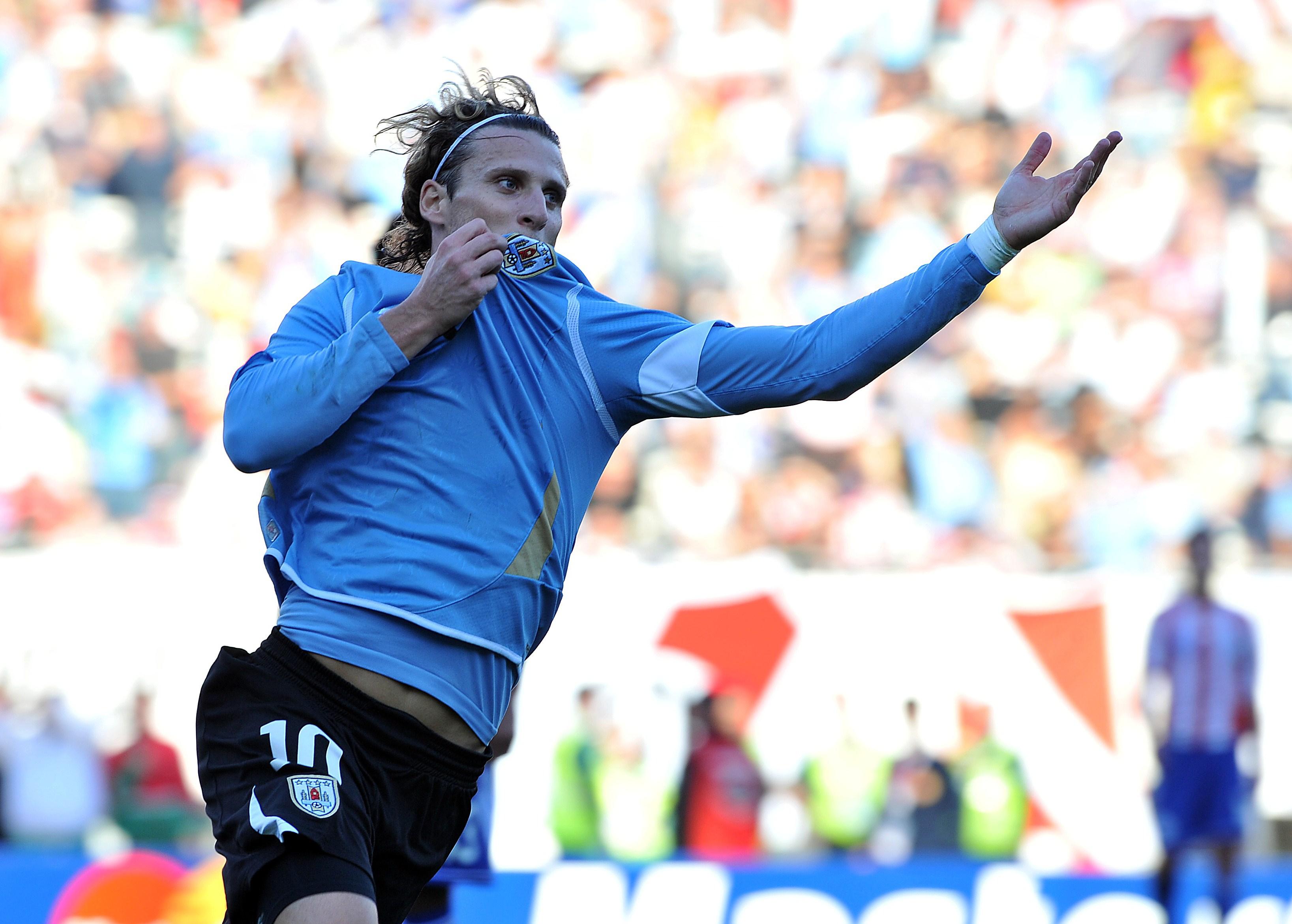 Diego Forlán frente a Paraguay