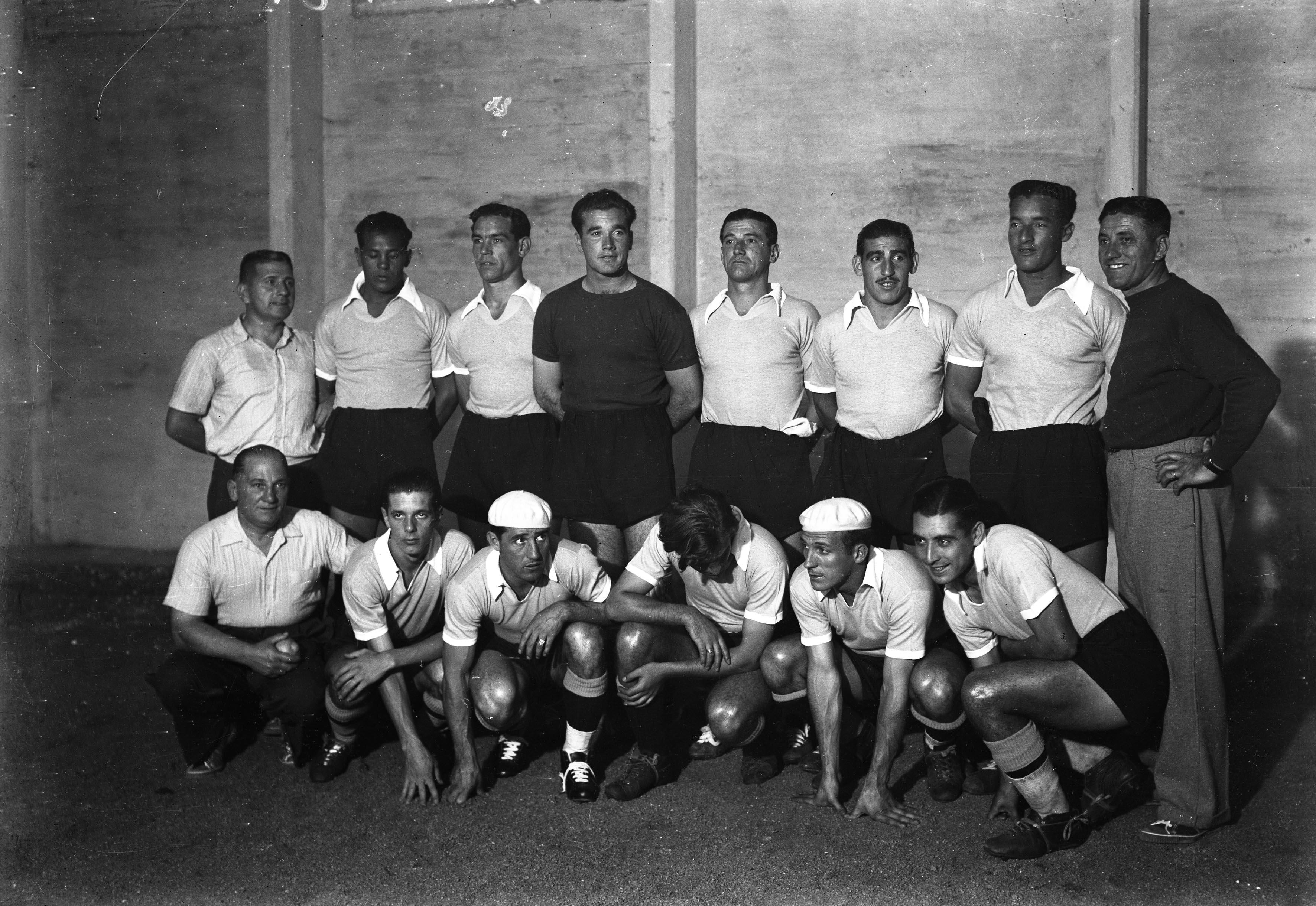 Los jugadores de Uruguay campeones de 1942 formados.