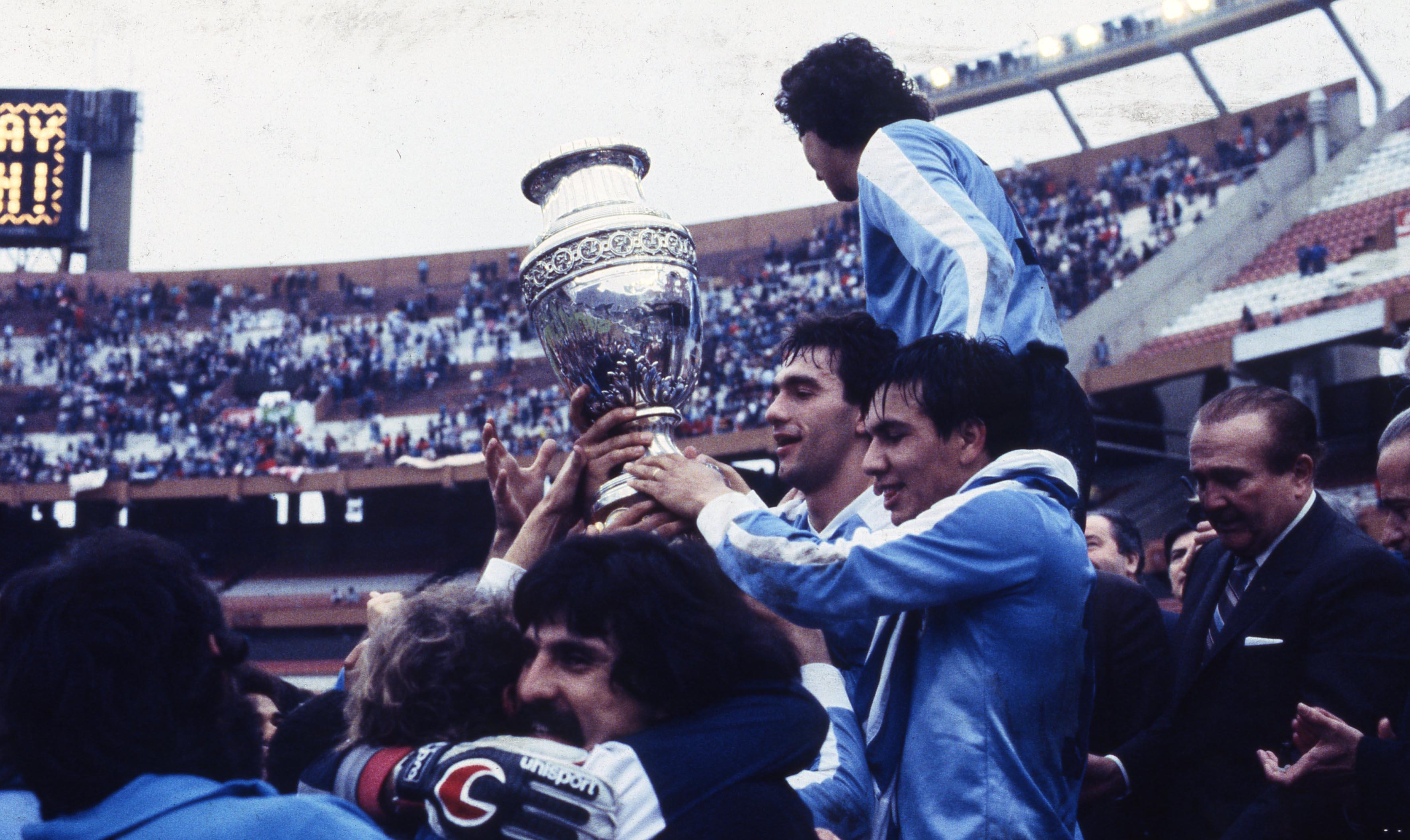 El momento de la coronación en 1987 en el Monumental.