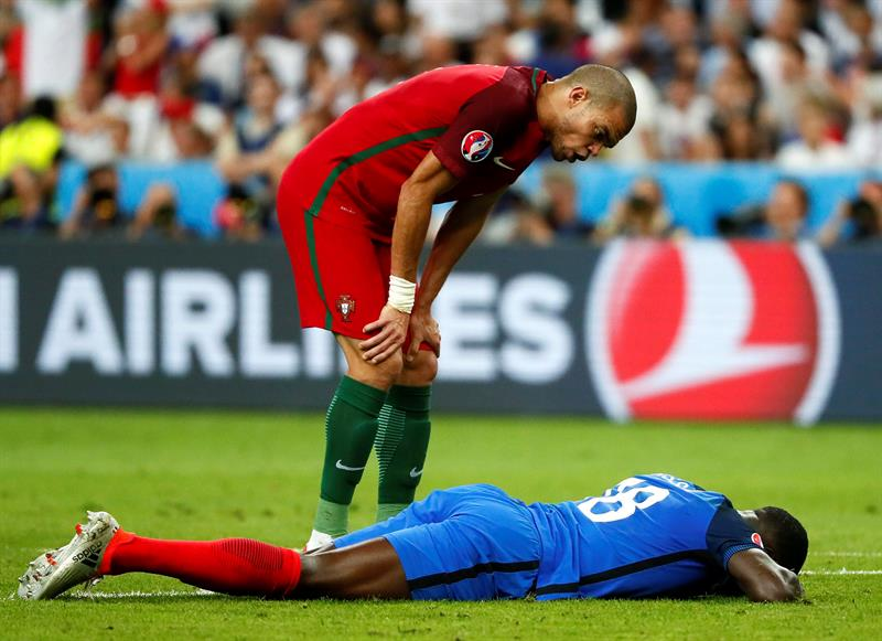 Pepe le da un mensaje de aliento a un rival durante el partido ante Francia
