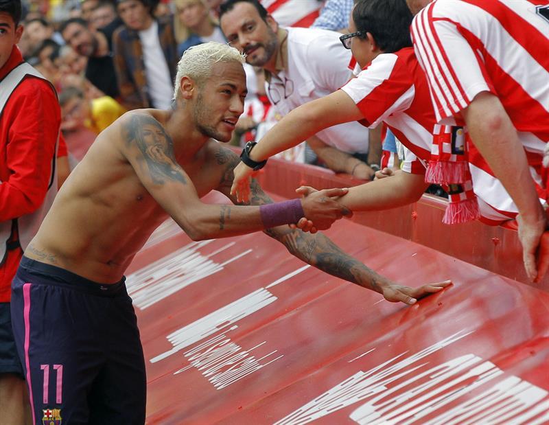 Neymar regaló su camiseta tras el partido
