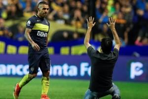 Carlos Teez junto al hincha de Boca