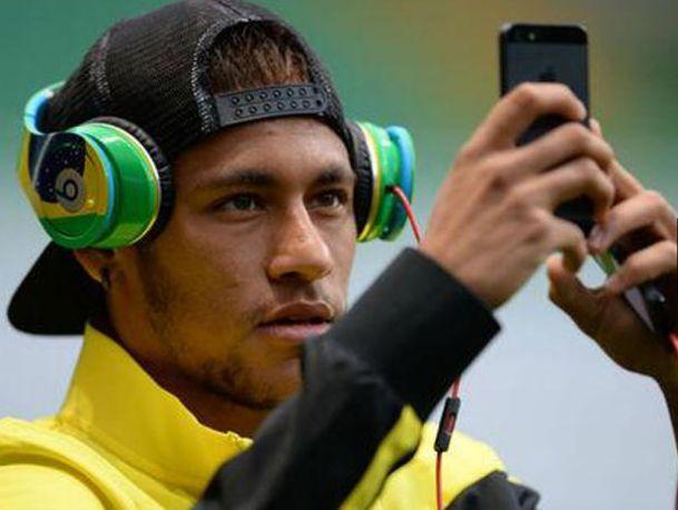 Neymar se toma una selfie en Brasil