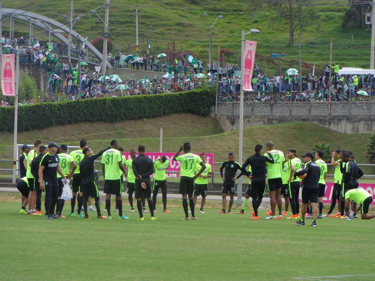Los jugadores de Atlético Nacional junto a la hinchada.