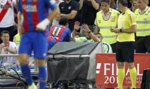 Neymar celebra con Luis Suárez