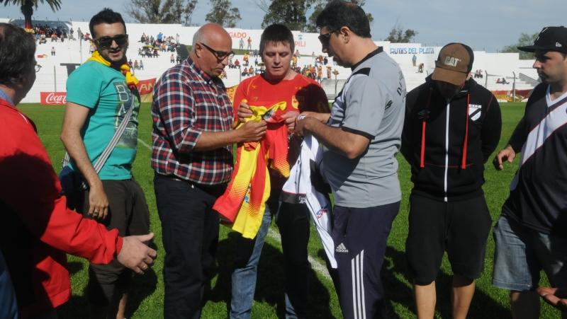 Hinchas de Villa Española y Danubio intercambiaron camisetas