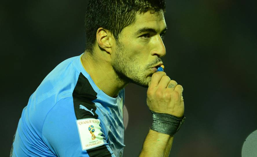 Luis Suárez celebró besando un muñeco