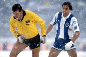 Peñarol ante Porto en la nieve. Foto: @tphoto2005