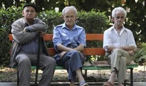 21 agosto 2013 página 38 FIER (ALBANIA), 23/07/2013.- Tres ancianos albanos se sientan juntos en un banco en un asilo en Fier, Albania hoy, martes 23 de julio de 2013. Según los medios, a cada persona de un asilo albano le corresponden unos 2,1 euros de comida al día. EFE/Armando Babani