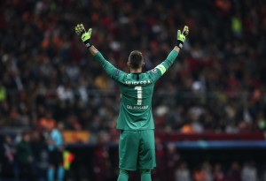 Istanbul (Turkey), 22/10/2019.- Galatasaray's Fernando Muslera greets his supporters after the UEFA Champions League group A match between Galatasaray and Real Madrid in Istanbul, Turkey, 22 October 2019. (Liga de Campeones, Turquía, Estanbul) EFE/EPA/SEDAT SUNA