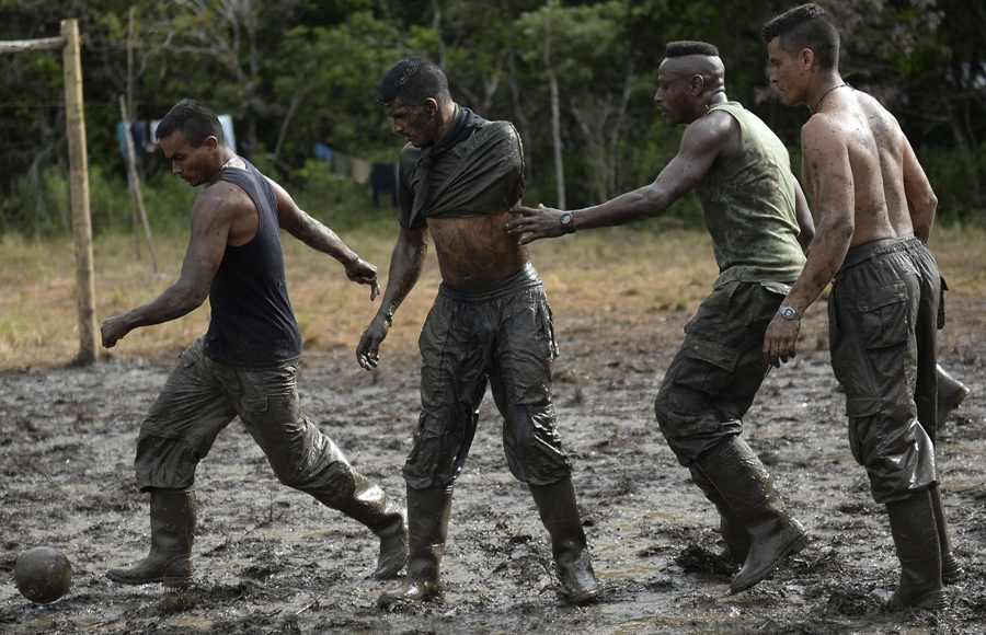 Guerrilleros de las FARC juegan al fútbol tras años