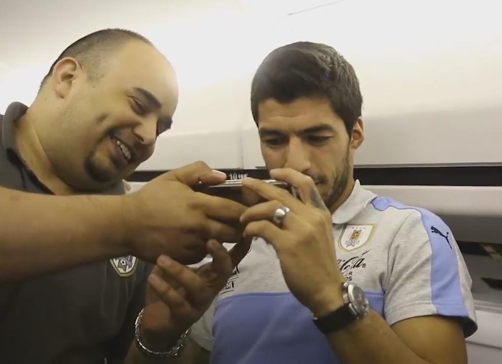 Andrés junto a Luis Suárez