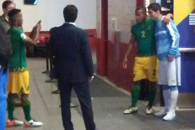 Suárez se toma la foto tras el partido