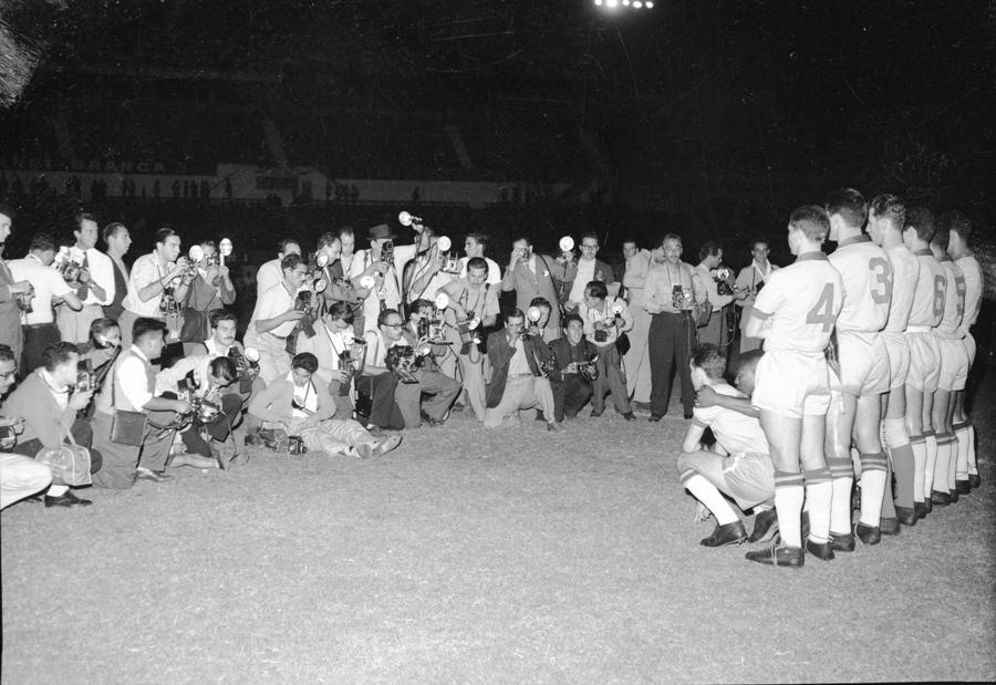 Varios  obreros de la imagen toman una instantánea durante el Campeonato Sudamericano de 1959