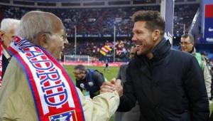 Diego Simeone saludando a uno de los socios